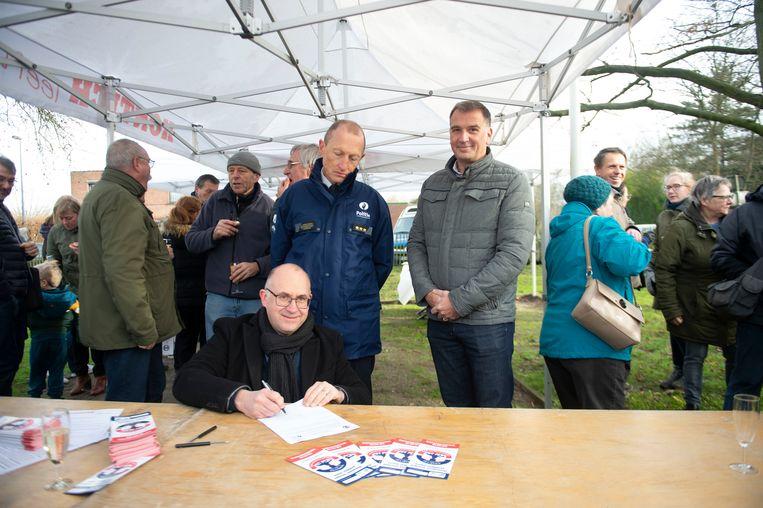 Burgemeester Bart Seldeslachts ondertekent de overeenkomst van het BIN-project