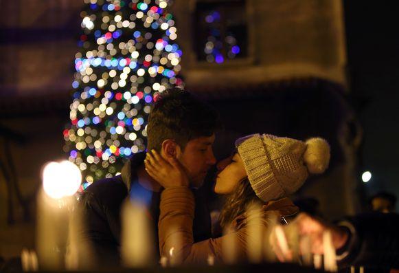 Ondertussen bezegelt een stelletje in Istanboel, Turkije, op kerstavond hun liefde onder de kerstboom in de Sint Anthonius kathedraal.