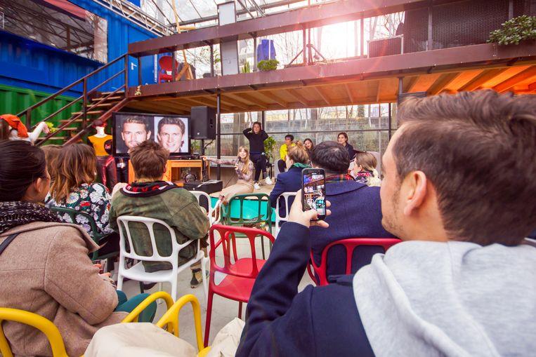 Vier modeontwerpers die in WOW wonen tonen hun werk in een kas Beeld Sander Groen