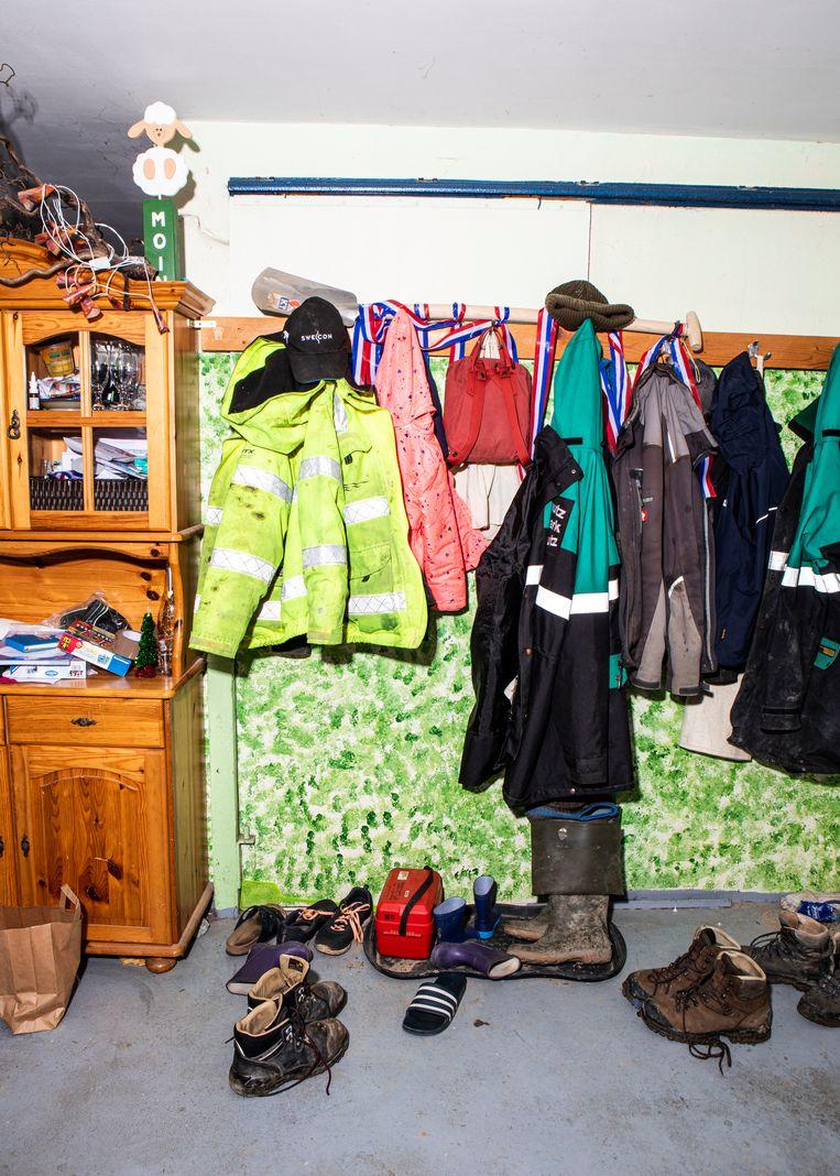 De jassen en schoenen van de familie Kruse.  Beeld Hilde Harshagen