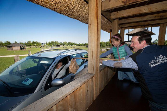 De Hollandershoeve is een restaurant tegen de Belgische grens dat nu gesloten is. De ondernemer, Gertjan Lavrijsen, heeft er een drive-in van gemaakt en die loopt als een trein. Zijn dochter Jenna helpt hem mee.