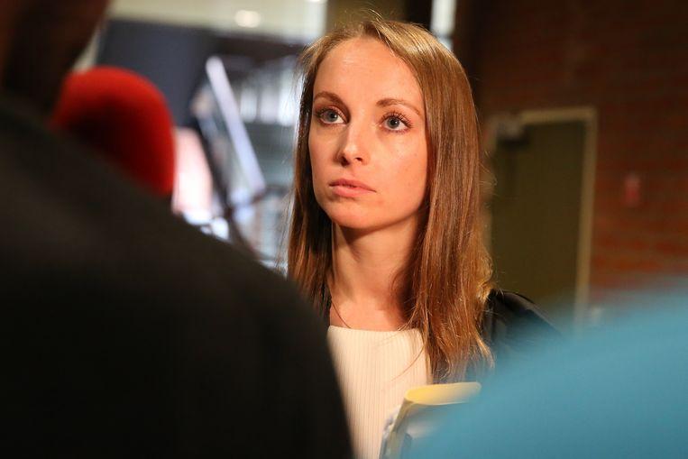 Amélie Van Belleghem, de advocate van Alexander Dean.  Zij werd deze ochtend vertegenwoordigd door haar vader, advocaat Réginald Van Belleghem.