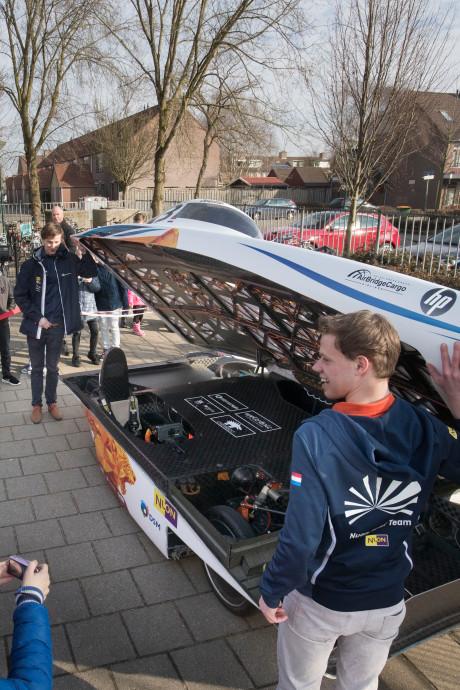 Bijzondere les in Veenendaal: zonneauto  op het schoolplein