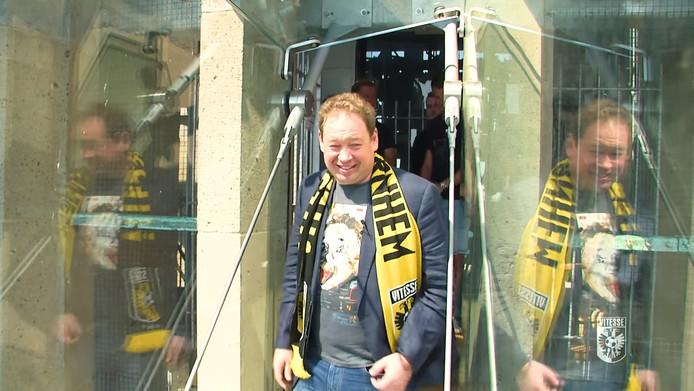 Vitesse-trainer Leonid Sloetski  betreedt een van de glazen balkons van de Eusebiuskerk tijdens zijn kennismaking met de stad Arnhem.