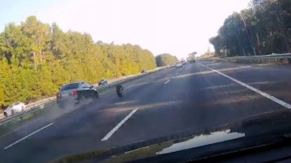 Oei! Wiel vliegt plots van auto op autostrade