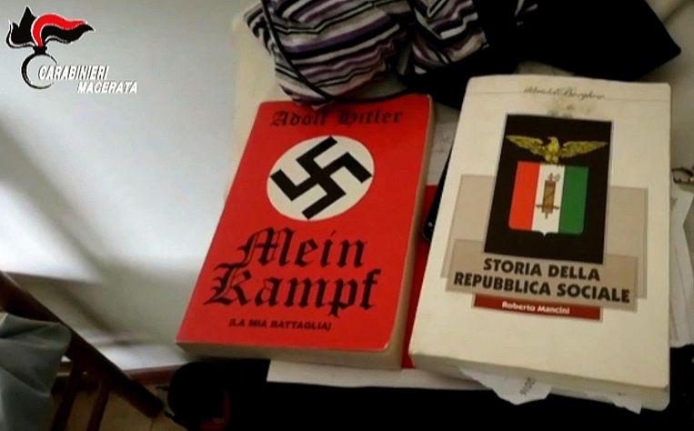 De politie vond in het huis van Traini onder meer 'Mein Kamp' van Hitler terug.