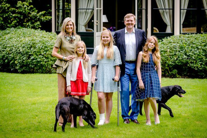 Koning Willem-Alexander, koningin Maxima, prinses Catharina-Amalia (op krukken), prinses Alexia en prinses Ariane tijdens een koninklijke fotosessie in de tuin van Landgoed De Horsten in 2016.