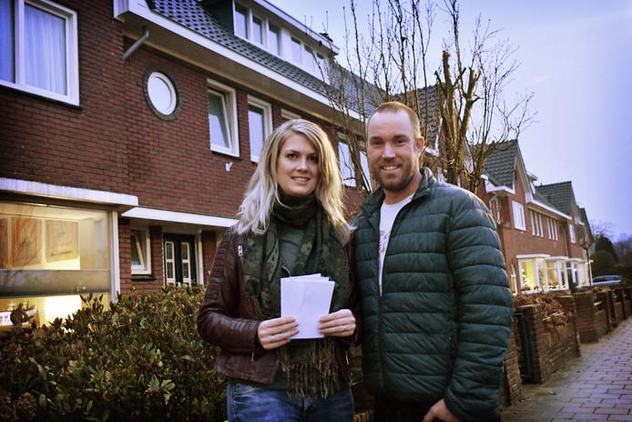 Het Nijverdalse stel Niké en Kay eerder tijdens hun brievenbusactie in Oldenzaal