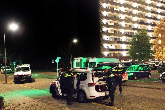 De politie doet onderzoek in de Vogelbuurt in Sliedrecht, nadat daar zaterdagavond een schietpartij heeft plaatsgevonden. Daarbij raakten twee mannen zwaargewond.