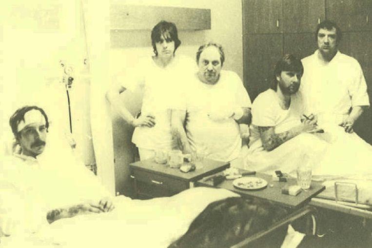 De vijf bemanningsleden in het ziekenhuis, met Bart Gulpen (tweede van links) en Roland Billiaert (rechts).