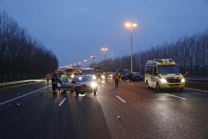 De A28 ging op slot na het ongeluk bij Hattemerbroek. Bijna anderhalf uur na de afsluiting ging de weg weer deels open.