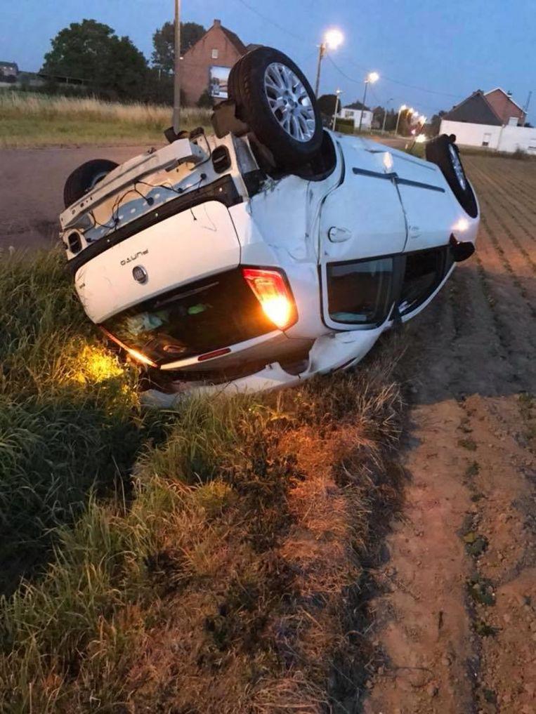 De Fiat Punto belandde na de crash op zijn dak in een gracht en is volledig vernield.
