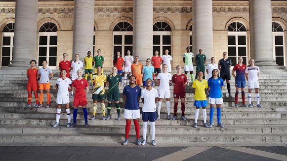 In Parijs kwamen 28 van de beste vrouwelijke voetbalsters ter wereld samen om de 14 nieuwe tenuetjes te onthullen.