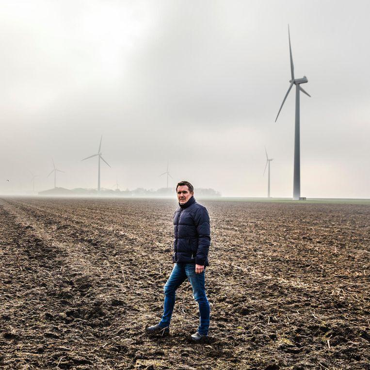 Leo de Jonge op zijn akker in Zeewolde waar hij suikerbieten teelt. 'Maar ik ben er niet afhankelijk van.' Beeld Aurélie Geurts