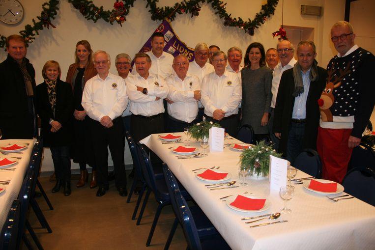 De leden van Lions Club Antwerpen Moerland zorgden voor de tafelversiering en het opdienen van de maaltijd