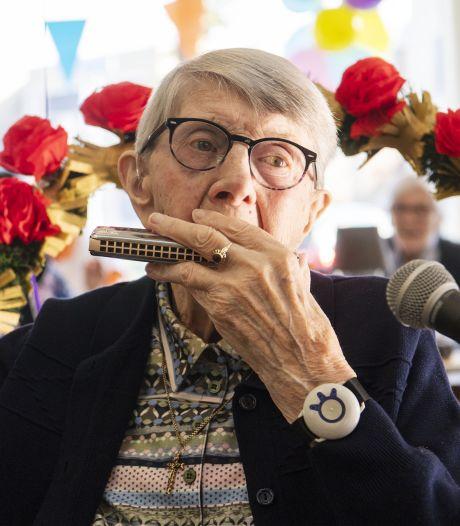 'Oma mondharmonica' uit Goor speelt op haar eigen 100ste verjaardag: 'Lang zal ze leven!'