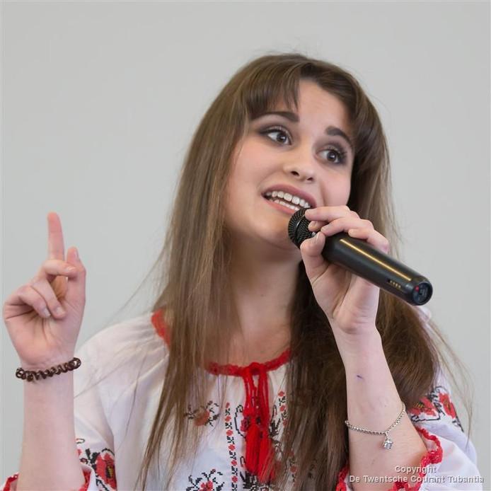 Kateryna Taranova (19) studeert Engels en Nederlands in Kiev. Ze hield een presentatie over haar land in het Nederlands.