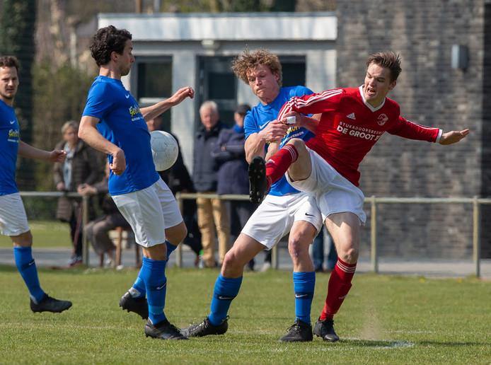 Ruud hanenberg (Erp) in duel met Heeswijk speler Joep van Grinsven