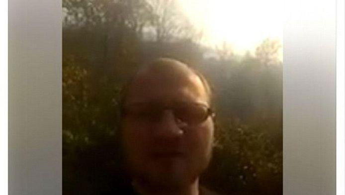 De man op één van zijn selfievideo's bij een zelf aangestoken bosbrand.