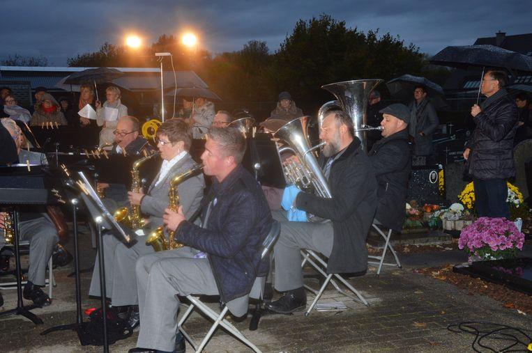 De aanwezigen genieten van de muziek van de Koninklijke Harmonie Sint-Cecilia in Appelterre-Eichem.
