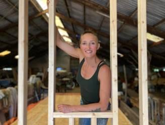 Straf: Gerdine bouwt helemaal zelf een tiny house van 3 op 7 meter