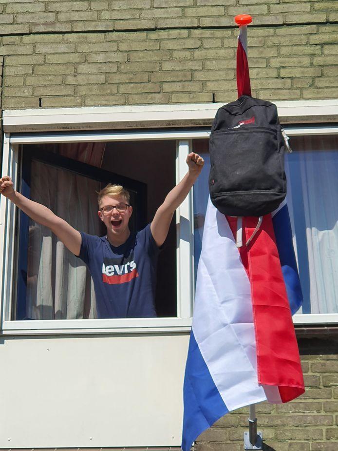 Justin Post (17) uit Lelystad heeft het vmbo-diploma binnen. Hij zat op het Aeres VMBO in Lelystad en gaat nu de opleiding beveiliging in Harderwijk volgen.