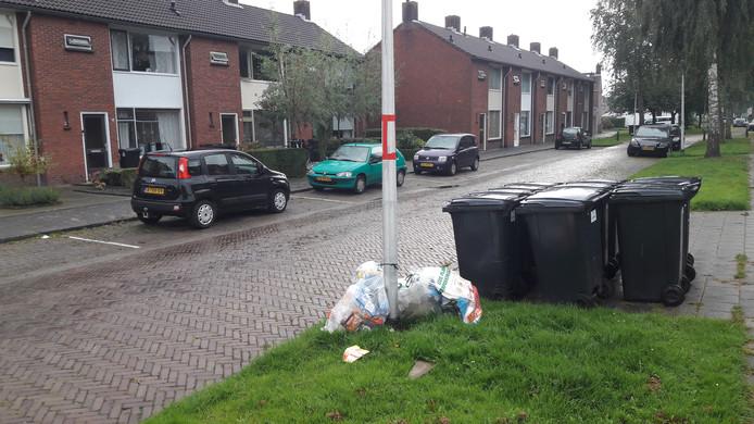 Plastic zakken tegen een lantaarnpaal aan de Pater Arnold Damenstraat in Etten-Leur.
