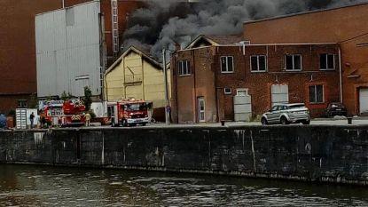 Bedrijfsbrand veroorzaakt grote rookpluim boven Roeselare