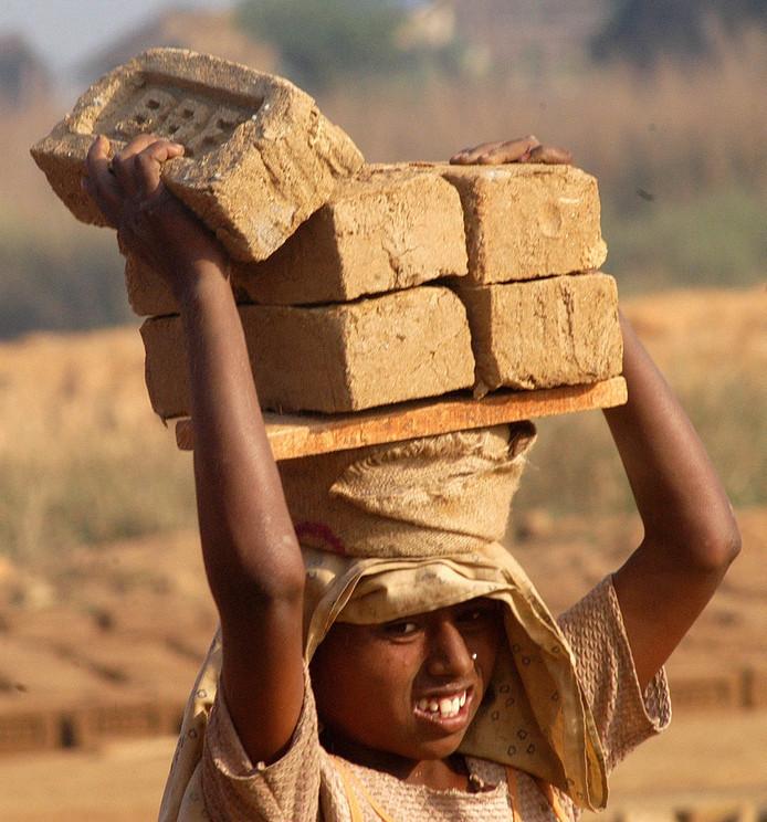 In India werken kinderen veelal in graniet, bakstenen of kledingindustrie. Ook Nederlandse bedrijven maken daar gebruik van.