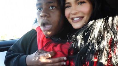 VIDEO. Kylie Jenner verstopt zich op achterbank om fans te verrassen