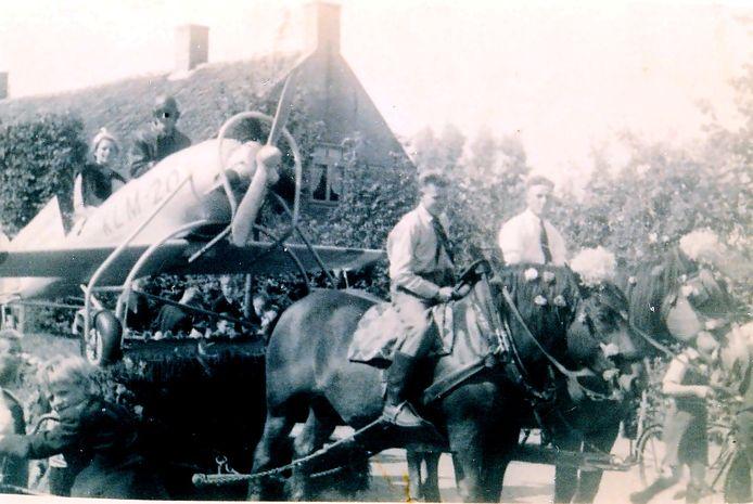 De platte wagen getiteld Het vliegtuig van Koningin Wilhelmina deed in mei 1945 mee aan de Bevrijdingsoptocht in Sprundel. De wagen was van buurtschap het Vorenseinde. Foto heemkunde Sprundel