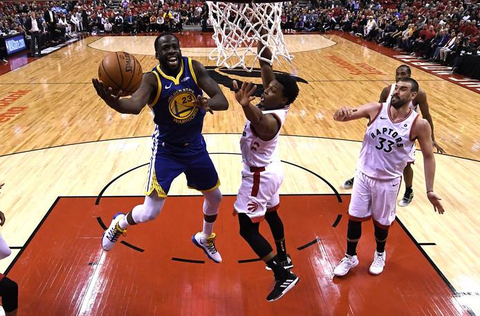 Un partour, balle au centre entre les Warriors et les Raptors en finale NBA.