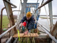 50 ton werfkraan wacht op wassend water voor reis van Angeren naar Arnhem