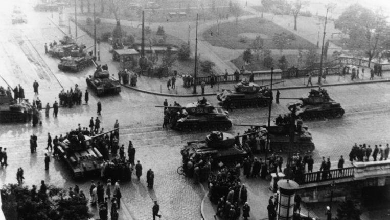 Russische tanks in de straten van Boedapest, 1956. Beeld getty