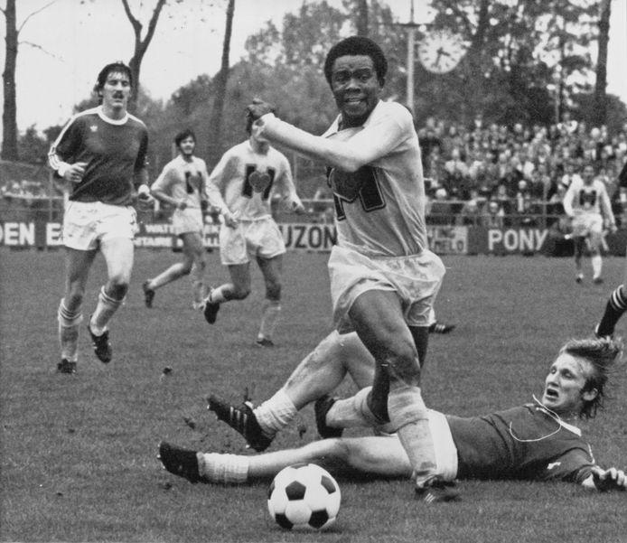 Sunday Manara voetballer Heracles Almelo in 1977.
