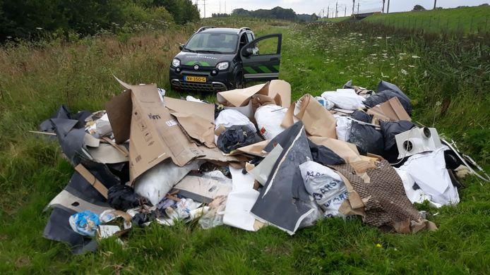 De enorme berg afval, zomaar gedumpt in het groene Bentwoud.