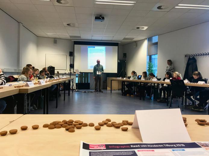 Zo vlak voor Sinterklaas horen er ook pepernoten bij in een vergadering van de Raad van Kinderen.