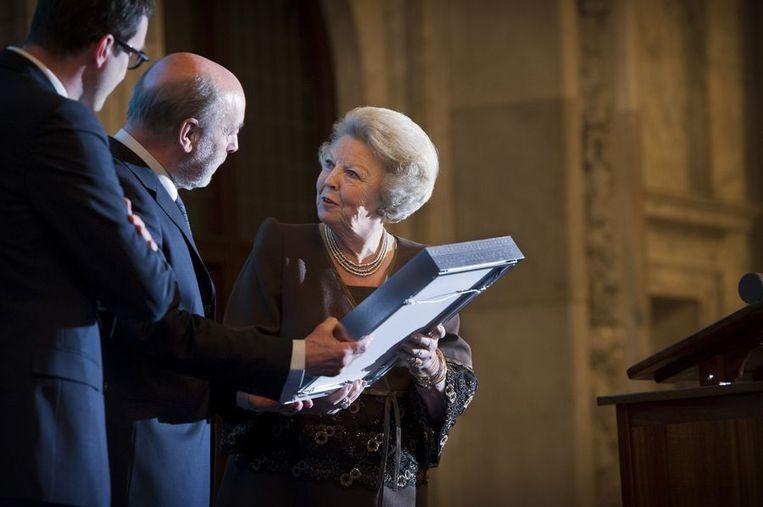 Koningin Beatrix overhandigt de prijs aan Leonard Nolens