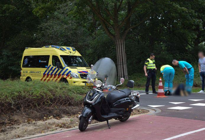 De vrouw kwam ten val bij de fietsoversteekplaats op de Dichterseweg in Doetinchem, waar jongelui over staken.