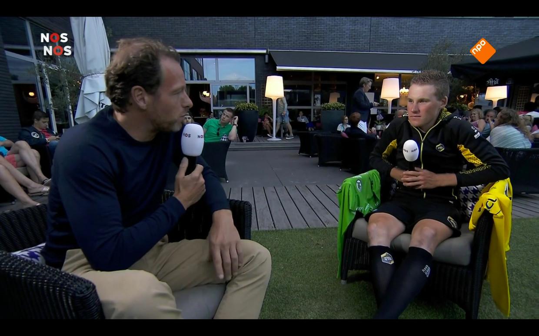 Herman van der Zandt in gesprek met winnaar Mike Teunissen. Beeld Maaike Bos