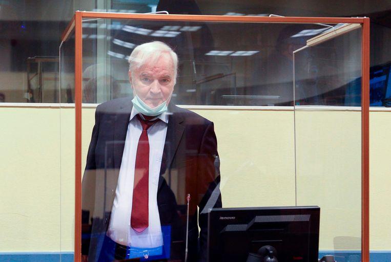 Ratko Mladic arriveert voor het hoger beroep in de rechtszaal. Beeld AFP