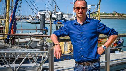 """Luc Bellings proeft mosselen aan Belgische kust en geeft meteen 0 op 10: """"Overgaar, taai en smakeloos"""""""