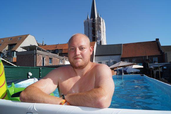 Sander Haeghebaert van café De Piraat heeft zo zijn eigen manieren om verkoeling te zoeken.