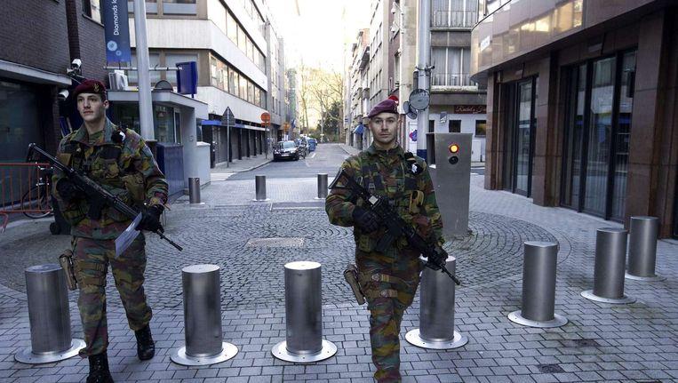 17 januari: Belgische soldaten patrouilleren door Antwerpen op de dag na de anti-terreuractie in Verviers. Beeld belga