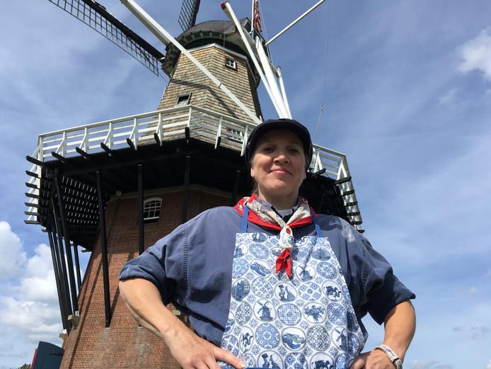 Molenaar Alisa Crawford voor molen De Zwaan in de Amerikaanse stad Holland.