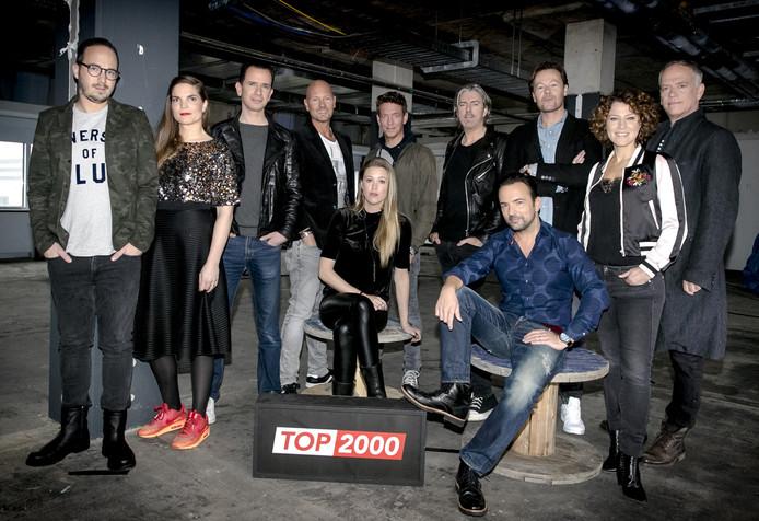 De elf dj's die dit jaar de Top 2000 presenteren op NPO Radio 2. vlnr: Frank van 't Hof, Cielke Sijben, Bart Arens, Wouter van der Goes, Annemieke Schollaardt, Jan-Willem Roodbeen, Ruud de Wild, Gerard Ekdom, Gijs Staverman, Evelien de Bruijn en Stefan Stasse.