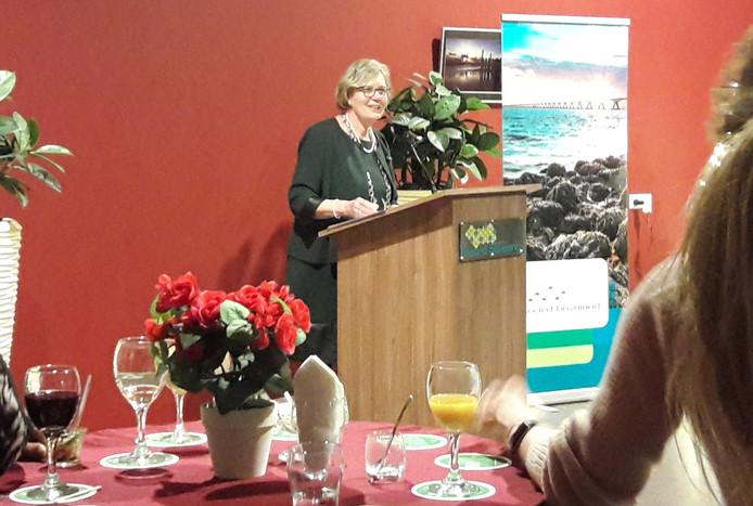 Waarnemend burgemeester Letty Demmers aan het woord tijdens de Noord-Bevelandse nieuwjaarsreceptie op 7 januari 2019. Sinds 2016 zijn de recepties in de verschillende dorpshuizen op het eiland, maar vanwege het 25-jarig bestaan van de gemeente keert in 2020 voor één keer het oude format terug.