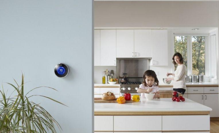 Voorbeeld van slimme huistechnologie: de programmeerbare, artificieel intelligente Nest-thermostaat.