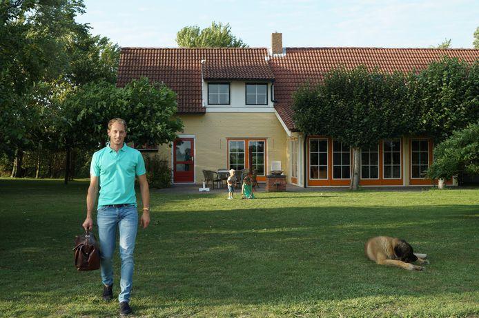 André Klaver voor zijn vakantieboerderij aan de Zeeuwse kust.