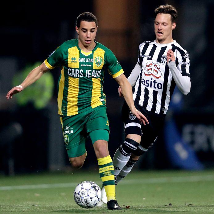 Bilal Ould-Chikh (links) wordt achtervolgd door Jeff Hardeveld van Heracles Almelo.